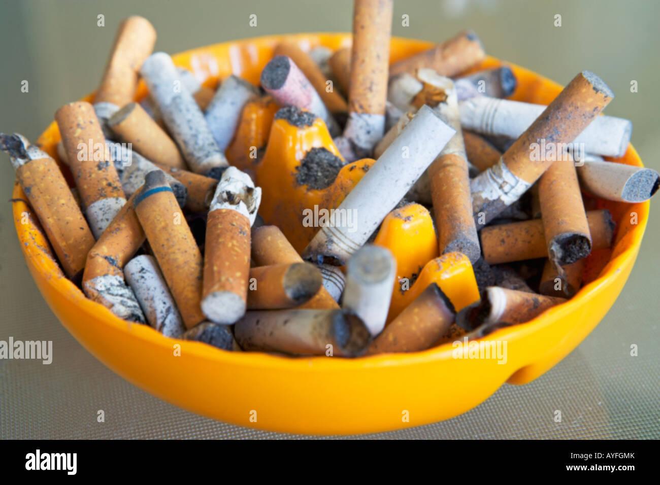 Aschenbecher voller viele Zigarettenkippen Stockbild