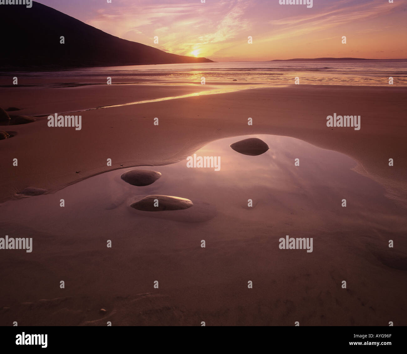 IE - CO. MAYO: Sonnenuntergang am Doogort Strang auf Achill Island (Atlantikküste) Stockbild