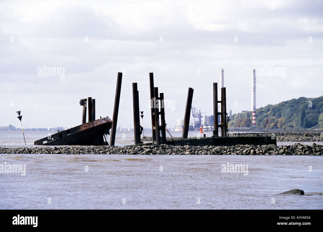 Schiffswrack in der Hamburger Elbe Stockbild