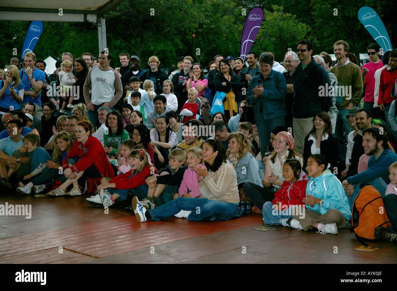 Publikum applaudiert Performer auf der Franse Sonntag Edinburgh Festival Fringe Schottland, UK, Europe Stockbild