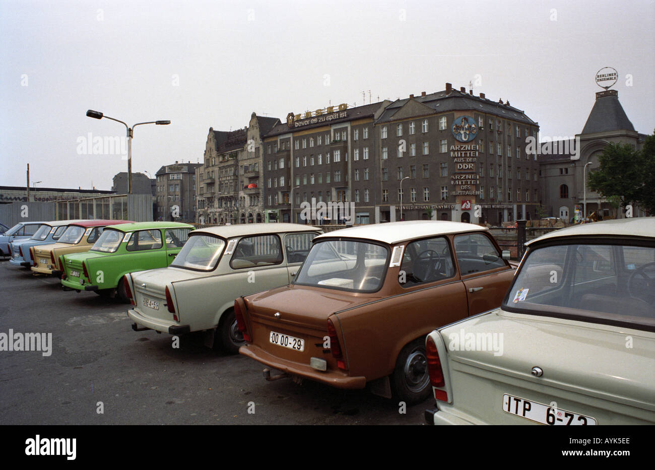 trabant gebrauchtwagen in ost berlin 1990 stockfoto bild. Black Bedroom Furniture Sets. Home Design Ideas