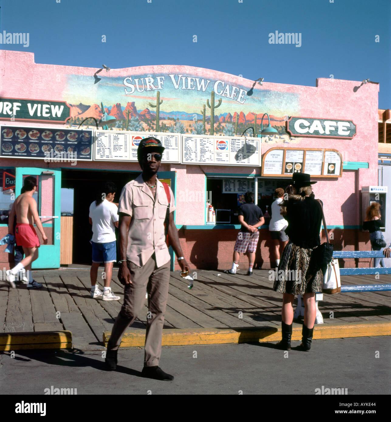 Archivierung Foto von Menschen auf der Promenade ausserhalb der Surf View Cafe Santa Monica Pier in Los Angeles, Kalifornien, USA 1990 KATHY DEWITT Stockbild