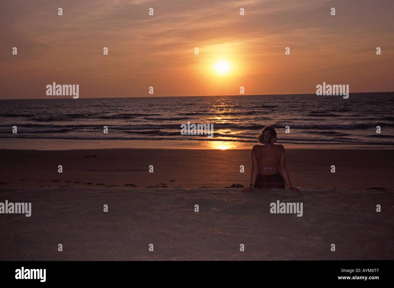 Indien-Sonnenuntergang am Arossim Beach in der Nähe von Colva in Goa Stockfoto