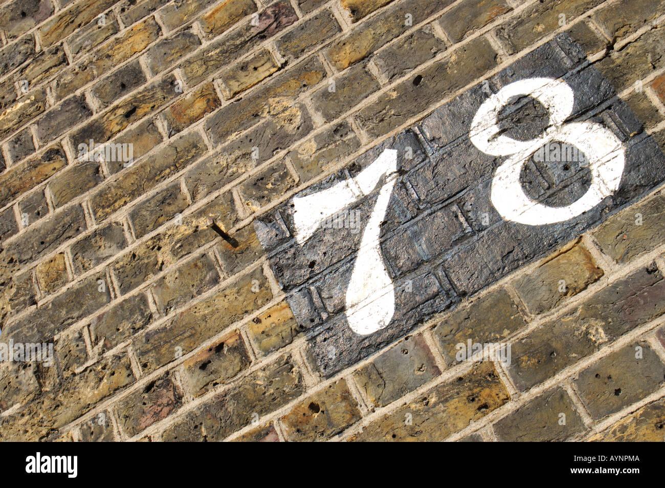 wei e hausnummer 78 auf lackierten schwarzen steinen auf eine mauer stockfoto bild 9801161 alamy. Black Bedroom Furniture Sets. Home Design Ideas