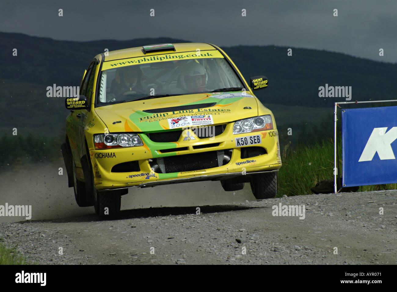 Mitsubishi Evo Rally Car fliegen über einen Sprung auf die Scottish Rally Stockfoto