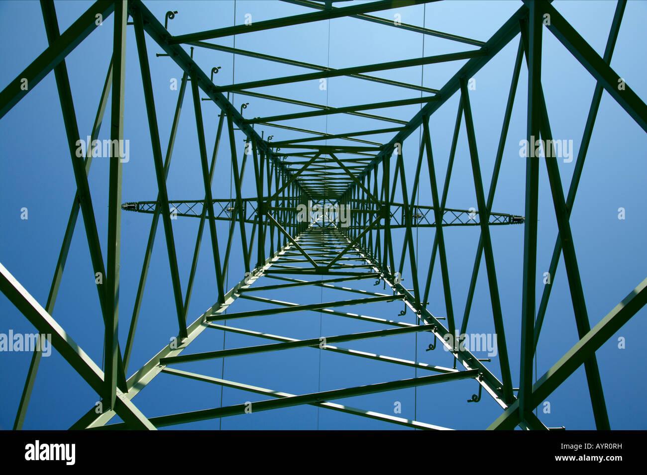 Niedrigen Winkel Ansicht innen ein Power-Line-tower Stockbild