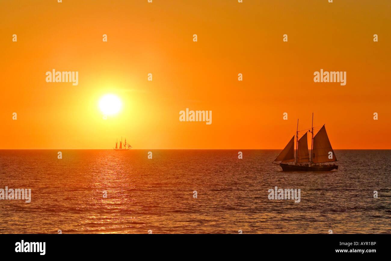 Segelschiffe auf dem meer sonnenuntergang  Segelschiffe auf dem Meer bei Sonnenuntergang, Broome, Western ...