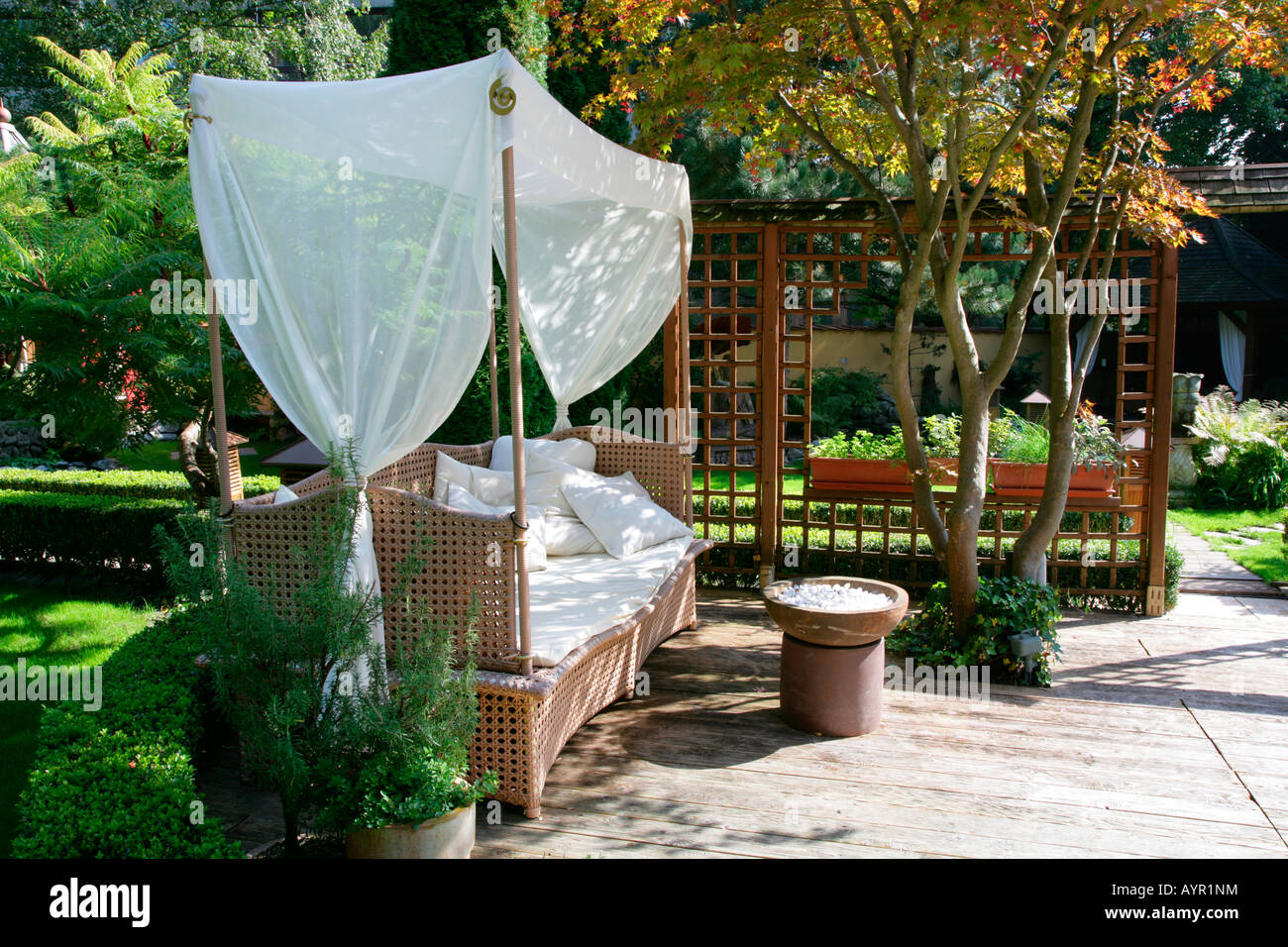 balinesischer garten balinesische g rten muehldorf am inn bayern deutschland stockfoto. Black Bedroom Furniture Sets. Home Design Ideas