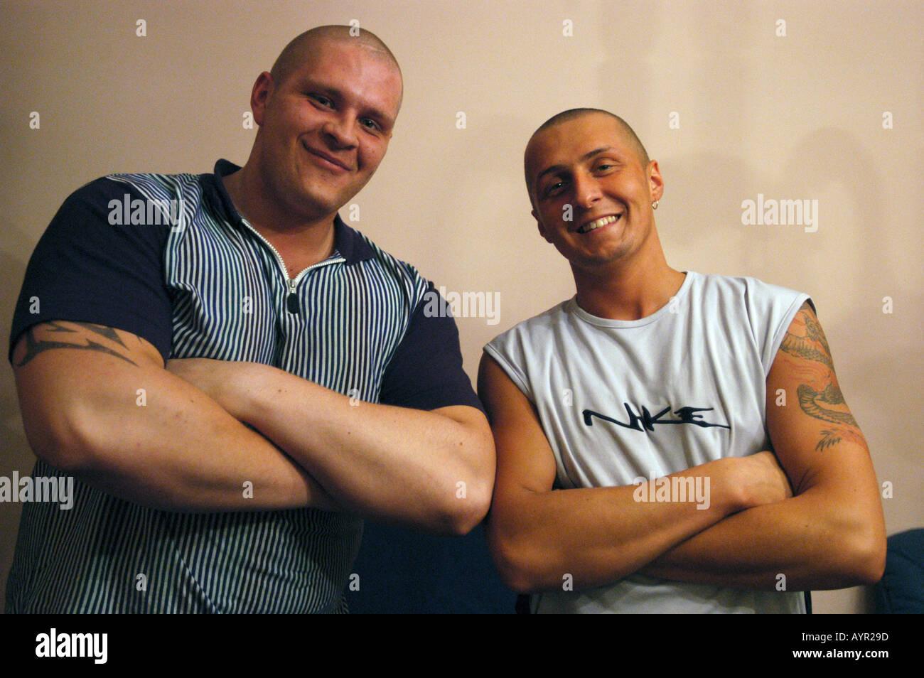 Zwei starke Männer mit klappbarer Arme Blick in die Kamera und lächelnd Stockbild