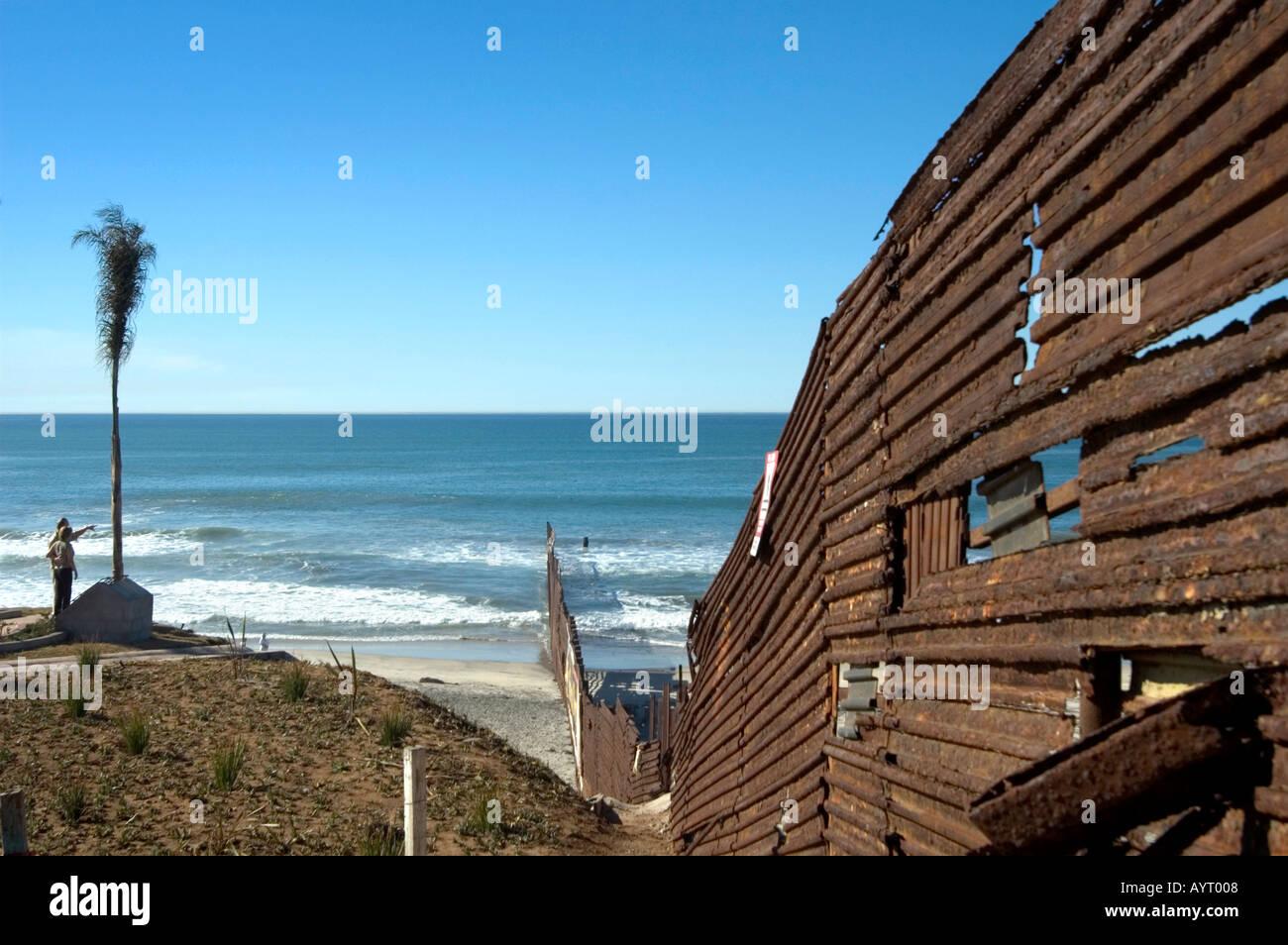 Usa Mexikanischen Grenze Zaun Lauft In Den Pazifik Tijuana In Mexiko