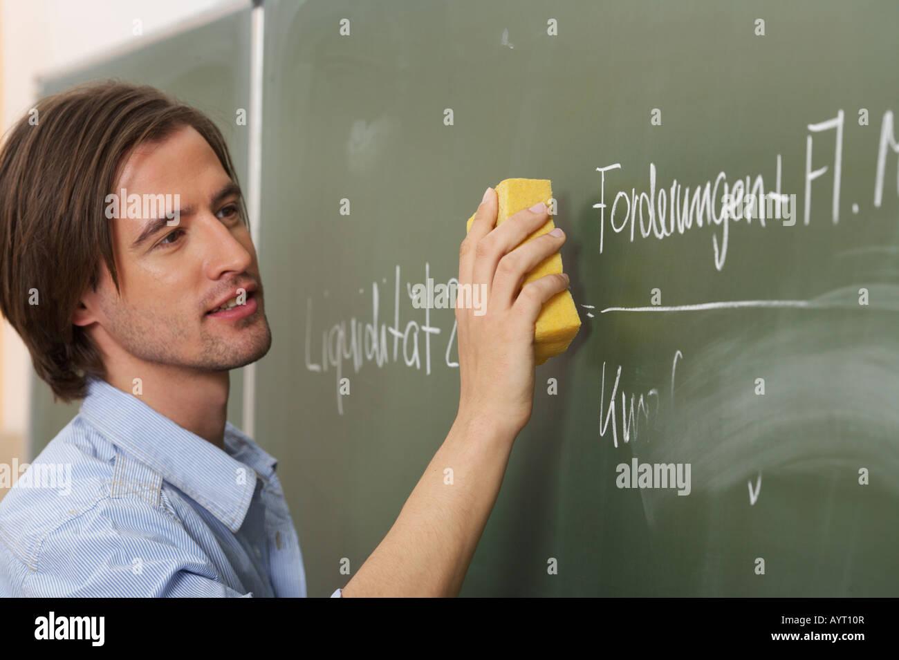 Ein Mann ist das Board verschmieren. Stockbild