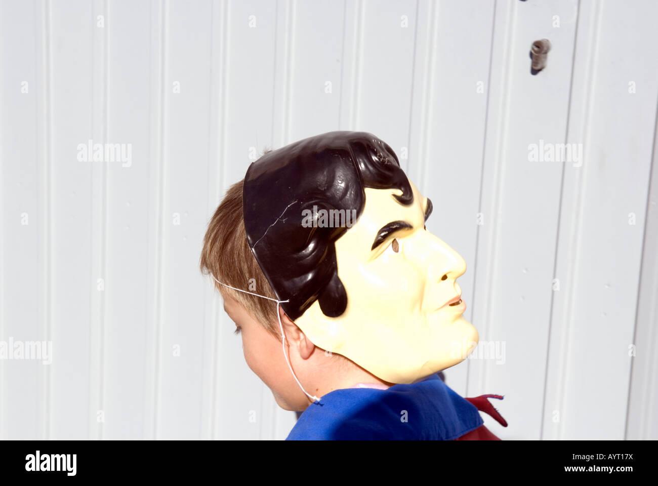 Detail des jungen Superman Maske hinten nach vorne auf dem Kopf tragen Stockbild
