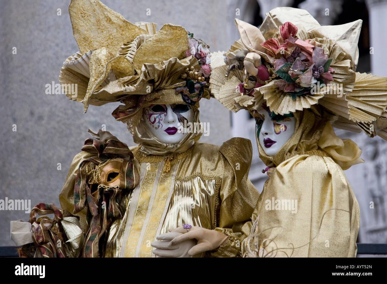 zwei goldene kost me und masken carnevale di venezia karneval in venedig italien stockfoto. Black Bedroom Furniture Sets. Home Design Ideas