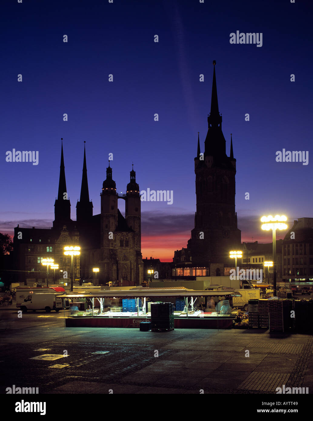 marktplatz marktkirche st marien kirche roter turm stadtturm nacht beleuchtet halle. Black Bedroom Furniture Sets. Home Design Ideas