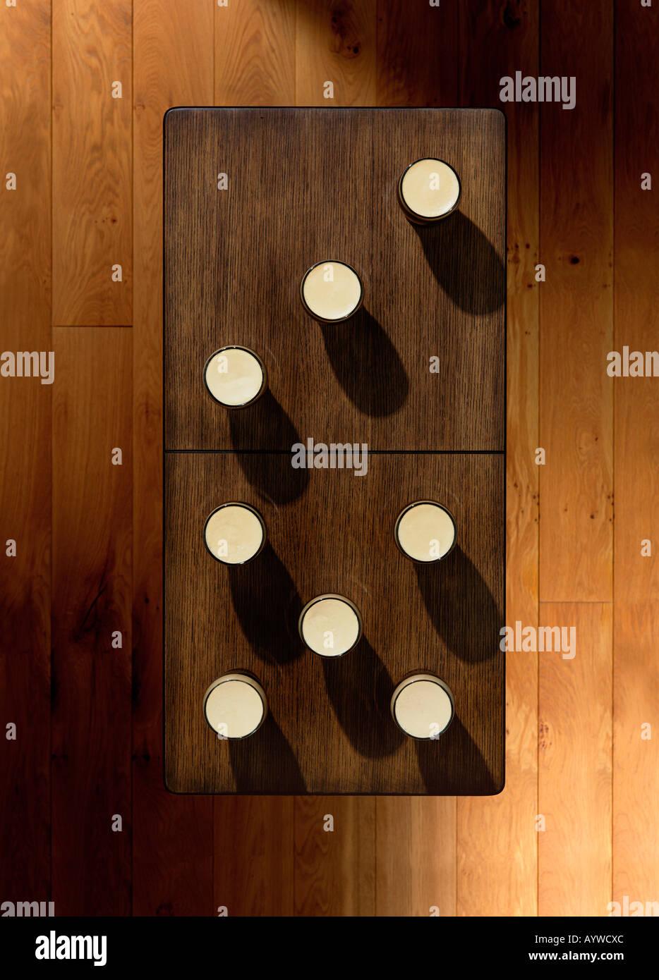 Eine obenliegende Aufnahme einer Tabelle mit einigen Pints platzierten auch aussehen wie ein Dominostein Stockfoto