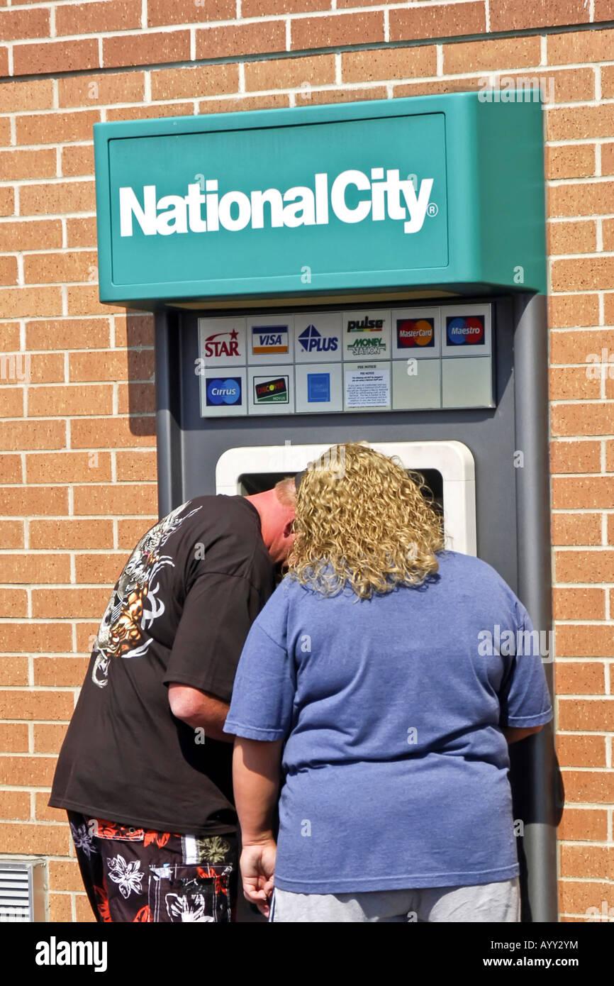 Zwei Menschen Die Eine Strasse ATM Automaten Geld Von Ihrem Bankkonto Abbuchen