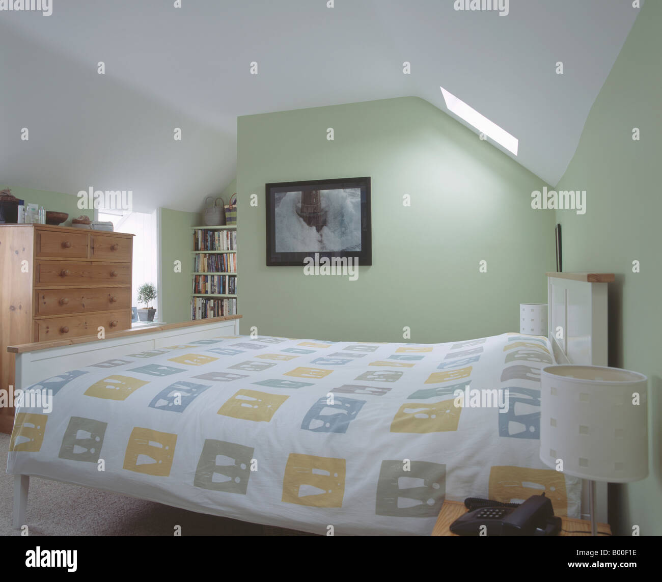 Schlafzimmer Pastellgrun #25: Abstrakte Gemusterten Weißen Bettdecke In Pastell Grün Loft-Konvertierung- Schlafzimmer Mit Hohen Kiefern Kommode