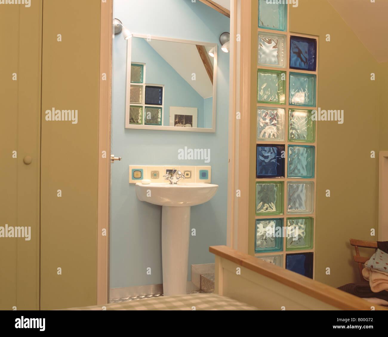 Schlafzimmertür offen für moderne Badezimmer mit Spiegel über weißen ...