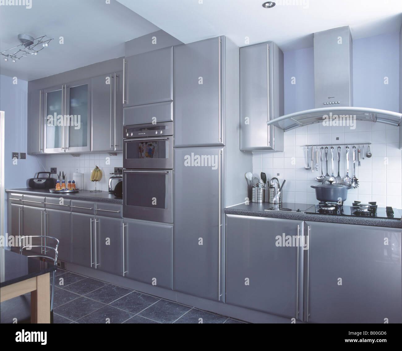 Wand Backofen in modernen metallic grau Küche mit Schiefer ...