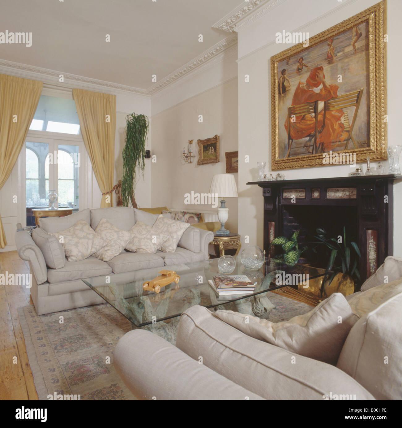 Cremefarbene Sofas und modernen Glastisch im traditionellen ...