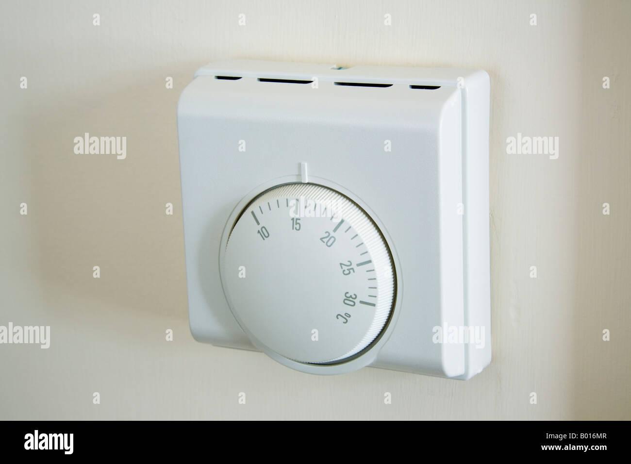 Großbritannien UK Central Heizung Thermostat an der Wand befestigte ...