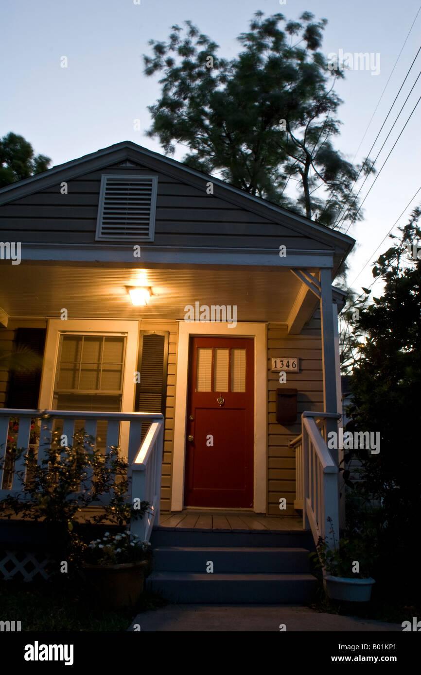 Haus außen mit Veranda Licht auf in der Abenddämmerung Stockfoto ...