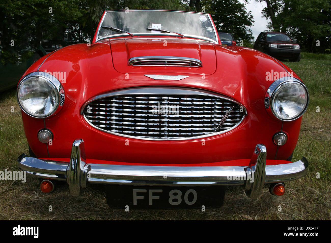 Rot Austin Healey Sportwagen. vordere Chrom-Kühlergrill, Motorhaube. Horizontale. 1960er Jahren horizontale Stockbild