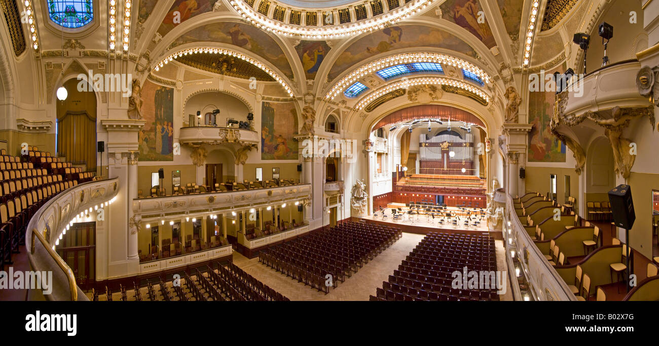 Ein 3 Bild Panorama Stitch im Smetana-Konzertsaal der Prager Municipal House. Stockfoto