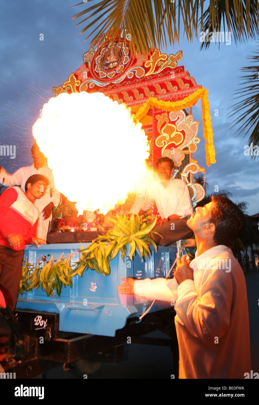 Feuerspucker vor einem riesigen Ganesh Schwimmer, Ganesh Chaturthi Festival, Indien Stockbild