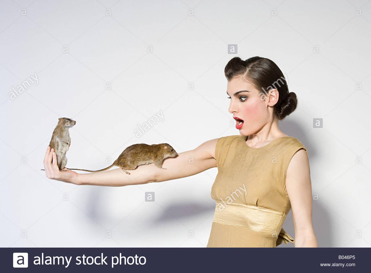 Frau mit Ratten am arm Stockbild