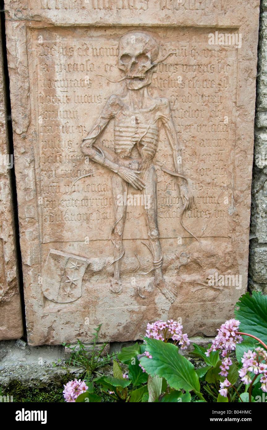 Salzburg, Österreich. Grabstein im Friedhof von St. Peter Kirche ...