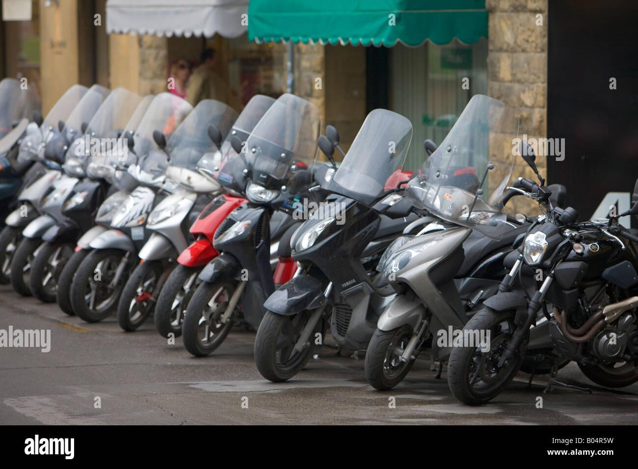 Reihe von Motorrädern (ein beliebtes Transportmittel) säumen den Gehweg in der Stadt Florenz, ein UNESCO Stockbild