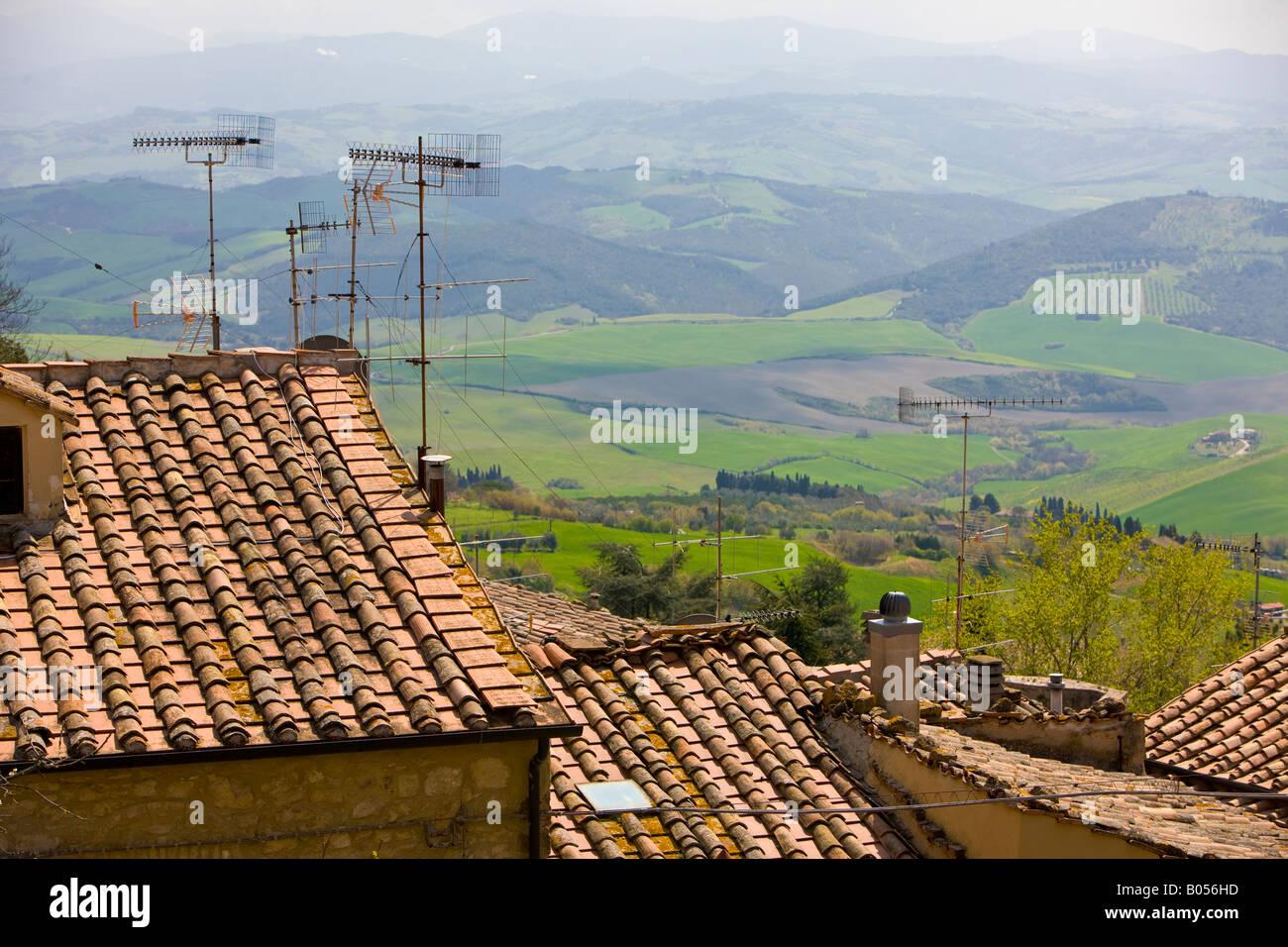 Antennen auf den Dächern und einen Blick auf die Landschaft-Umgebungen der Stadt Volterra, Provinz Pisa, Region Stockbild