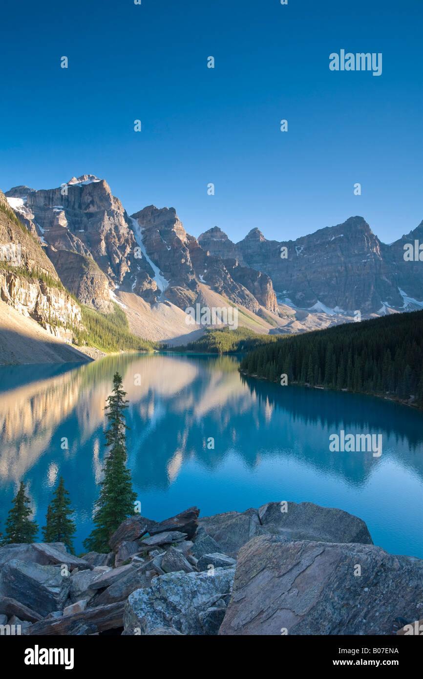 Moraine Lake und Tal der 10 Gipfel (Wenkchemna Peaks) bei Sonnenaufgang, Banff Nationalpark, Alberta, Kanada Stockbild