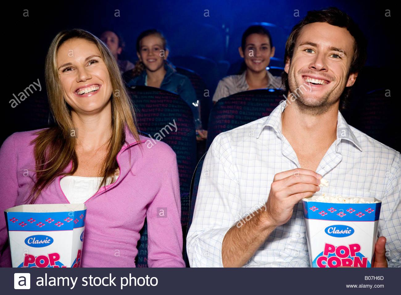 Paar genießt einen Film im Kino Stockbild