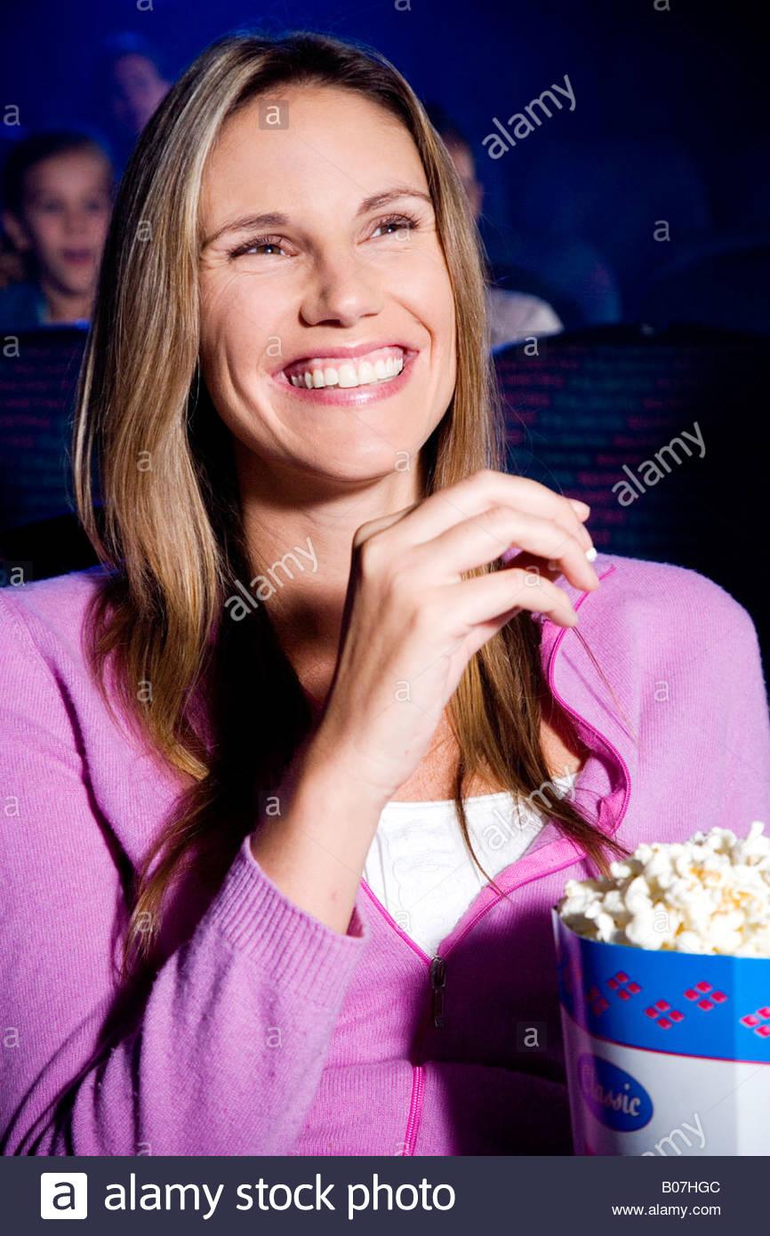 Frau genießen einen Film im Kino Stockbild