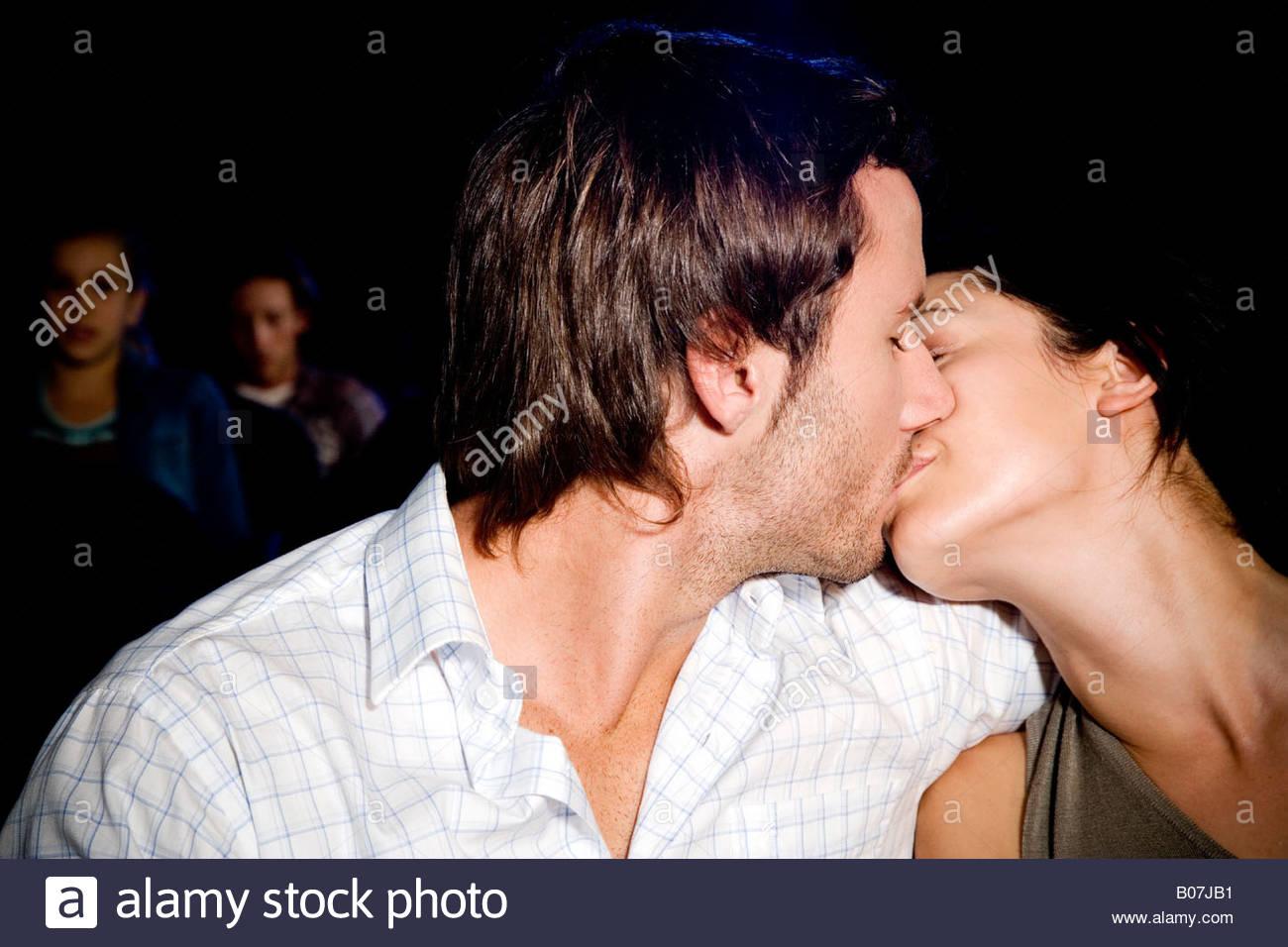 Paar küssen im Kino Stockbild