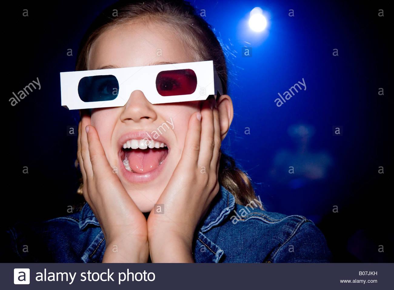 Mädchen im Kino einen Film durch 3-d-Brille Stockbild