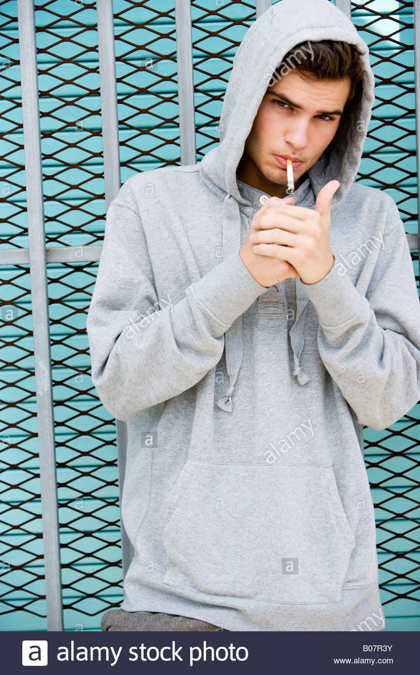 Porträt von moody junger Mann Rauchen Stockbild