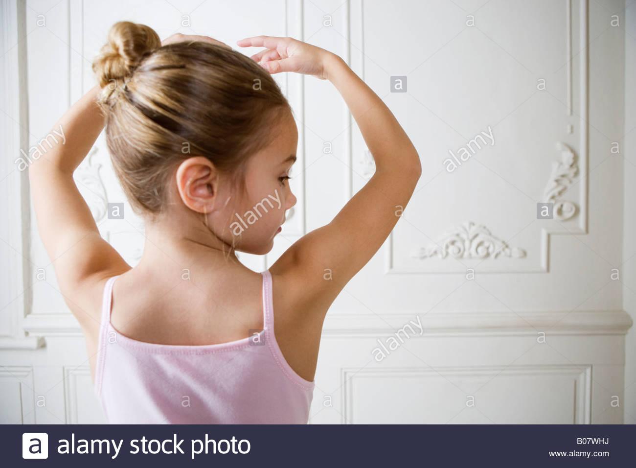 Junge Mädchen, die Durchführung eines Ballett-Umzug Stockbild