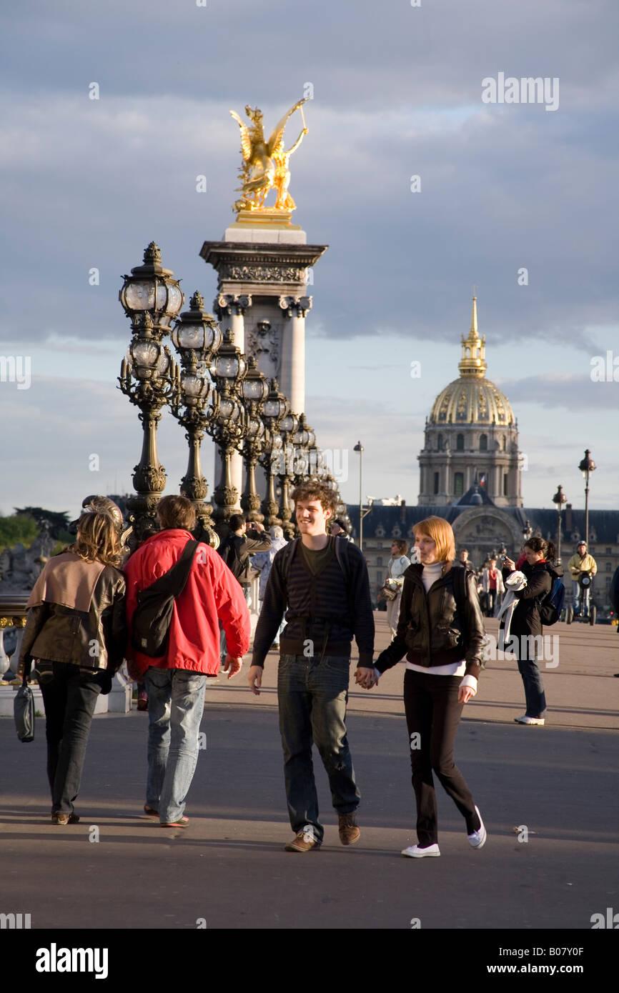 Pont Alexandre III Bridgewith der Hotel Les Invalides im Hintergrund Paris, Frankreich Stockfoto