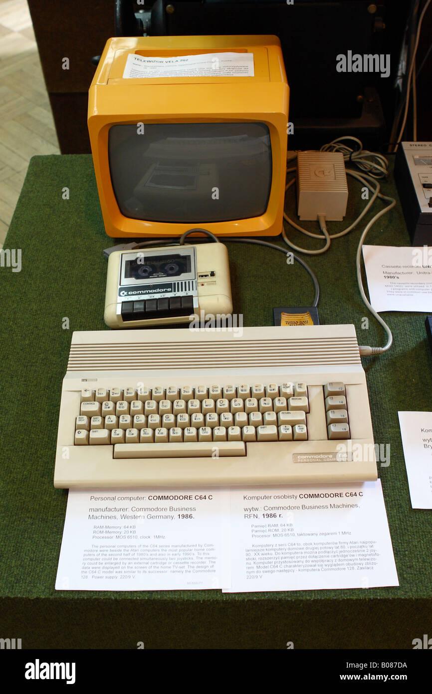 Warschau Muzeum artistischen technisches Museum umfasst einen Commodore C64-Heimcomputer aus den 1980er Jahren Stockbild