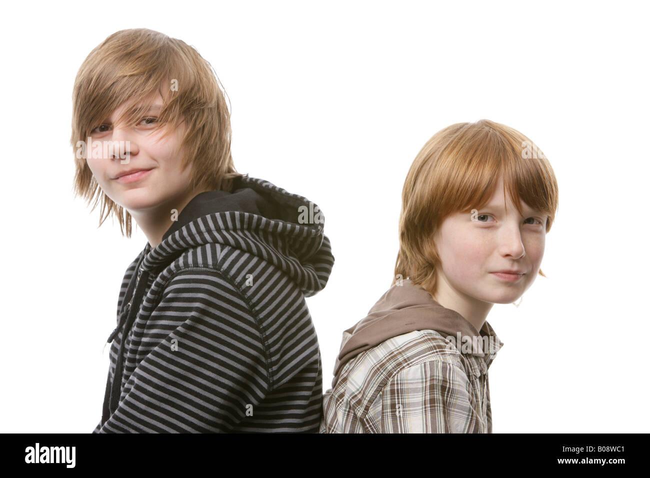 Zwei Jungs, 12 Und 13 Jahre Alt, Wieder Zurück Stockfoto
