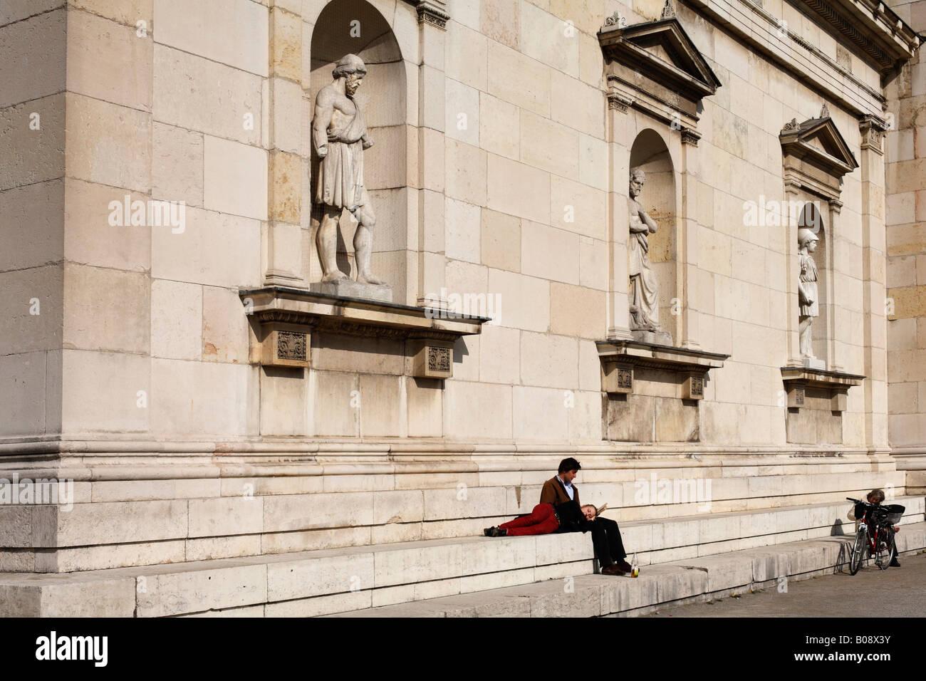 Stein-Statuen errichtet in der Außenwand der Glyptothek, München, Bayern, Deutschland Stockbild