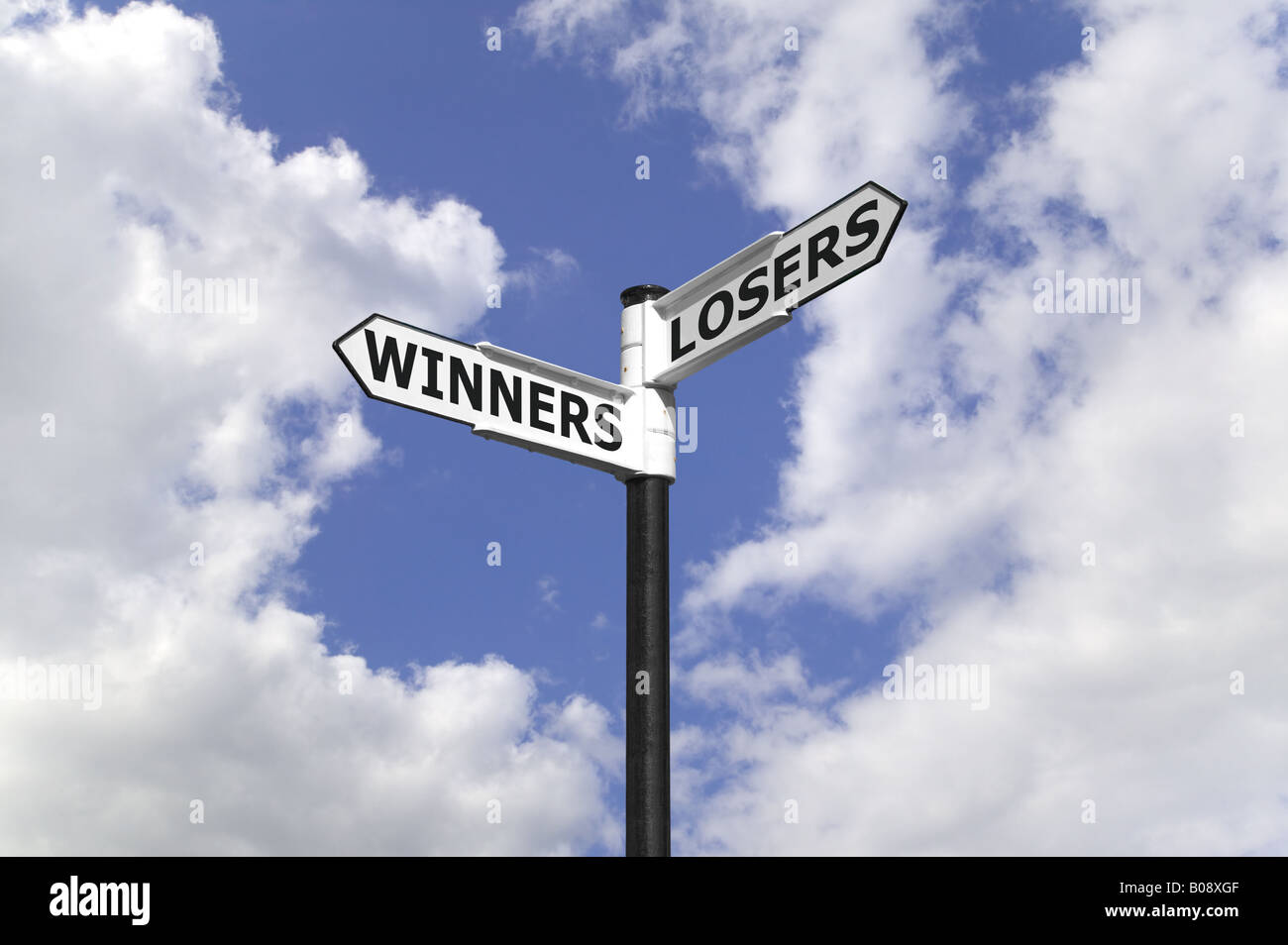 Gewinner und Verlierer auf ein Schild vor einem blauen bewölkten Himmel Stockbild