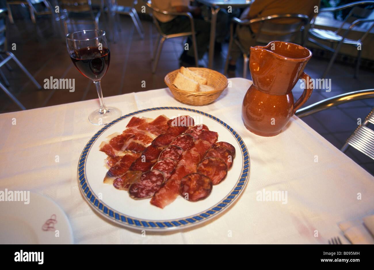 Schinken und Wurst Platte, kulinarische Spezialitäten im Almonaster la Real, Sierra de Aracena, Huelva, Andalusien, Stockbild