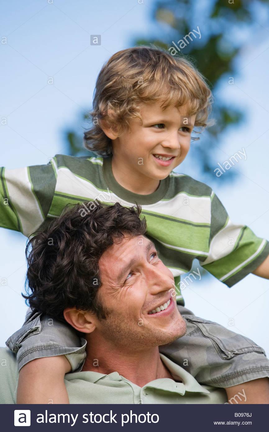 Vater mit Sohn (4-7) auf seinen Schultern, im freien Stockfoto