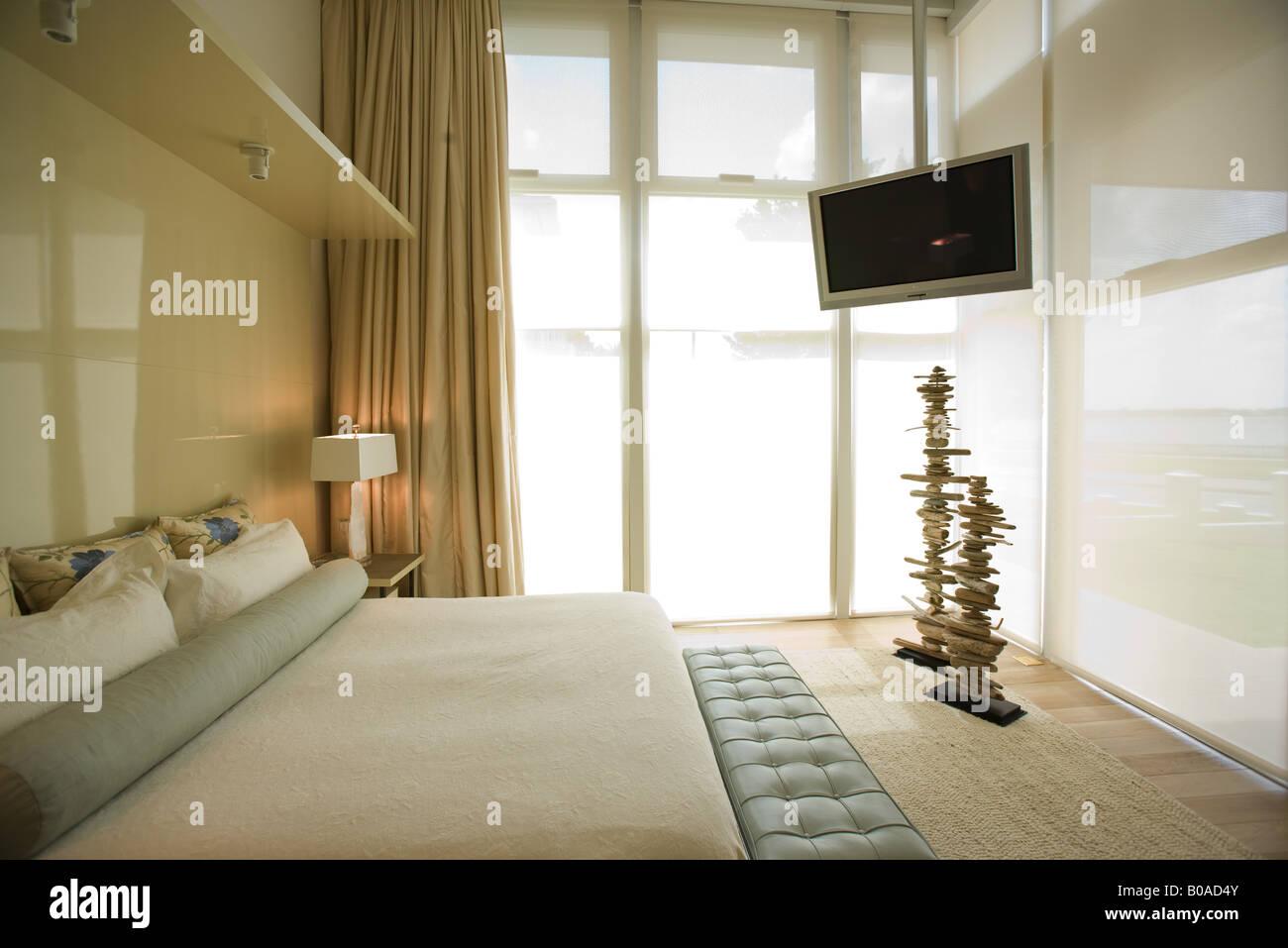 Luxus Hotel Zimmer Mit Grossem Bett Und Breitbild Fernseher Stockfoto