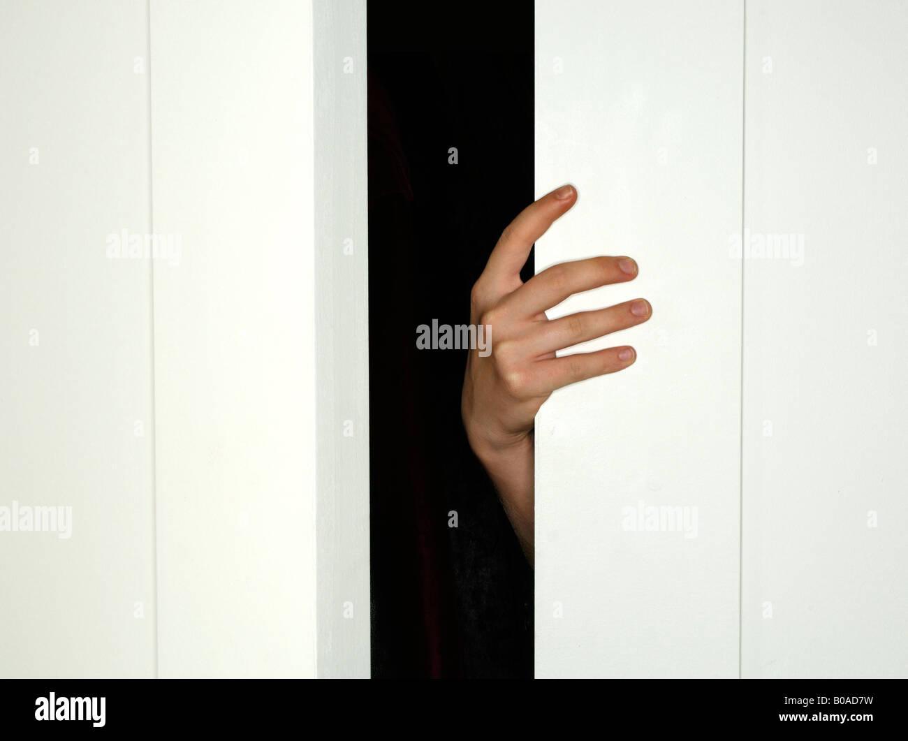 Eine offene Hand geschlossen eine weiße Tür Stockbild