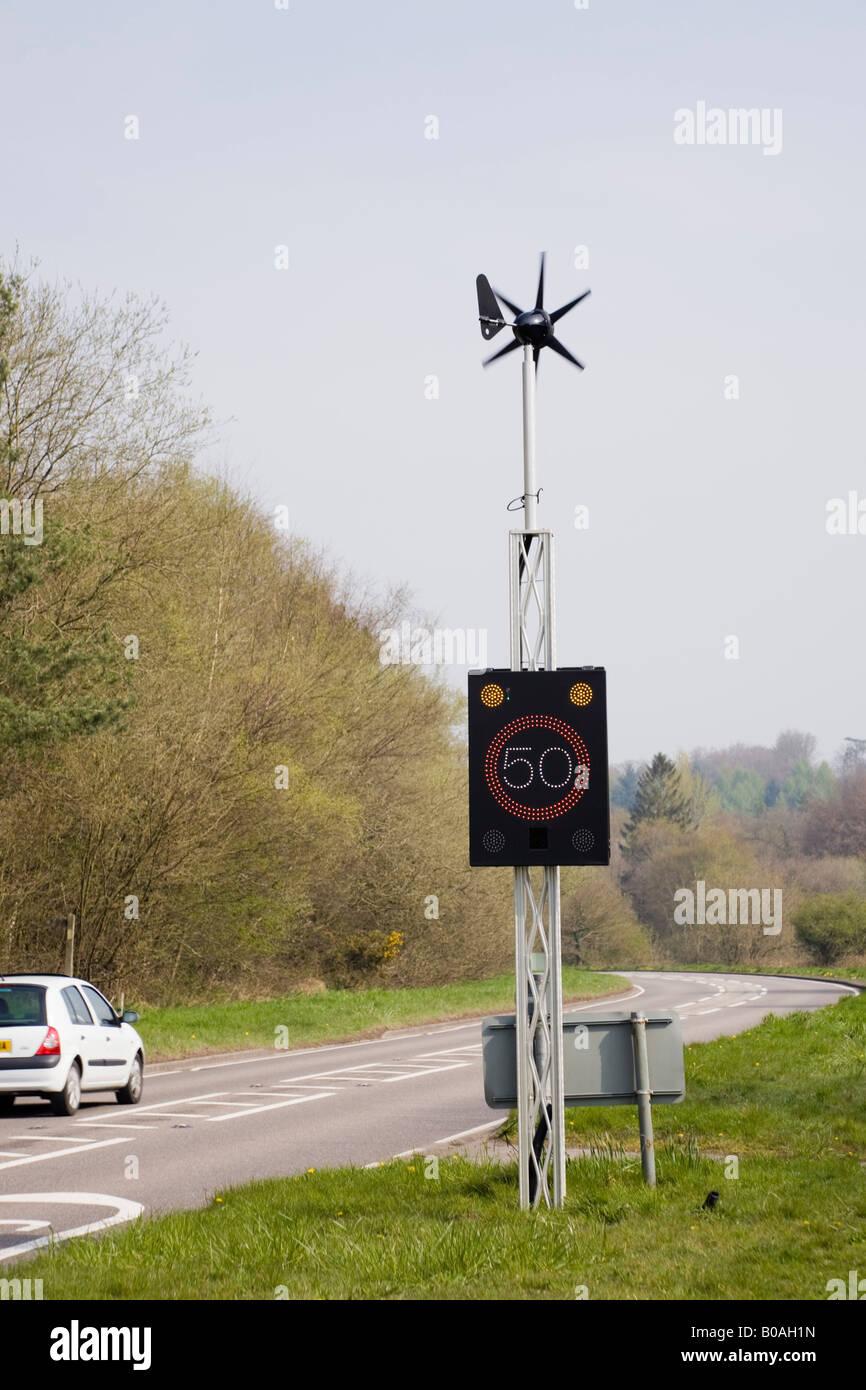 England UK Wind angetrieben 50 km/h Geschwindigkeit Zeichen von Fahrzeug an Land Hauptstraße beleuchtet Stockbild